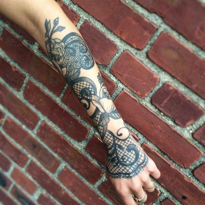Tatouage dentelle avant bras femme