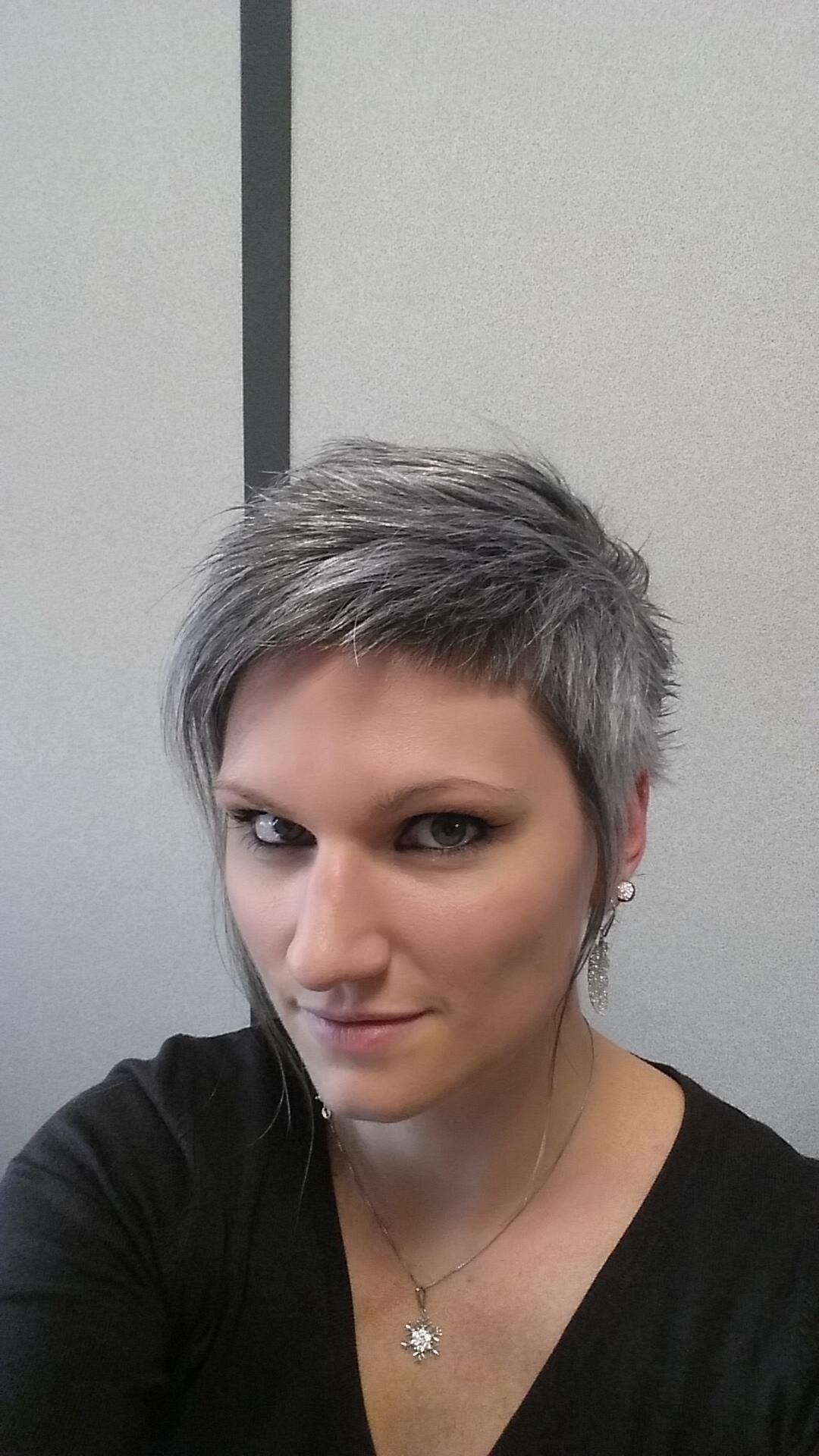 Coupe courte cheveux gris 2015