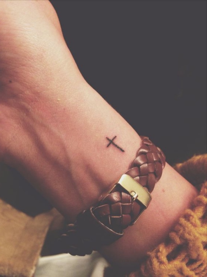 Tatouage croix homme poignet