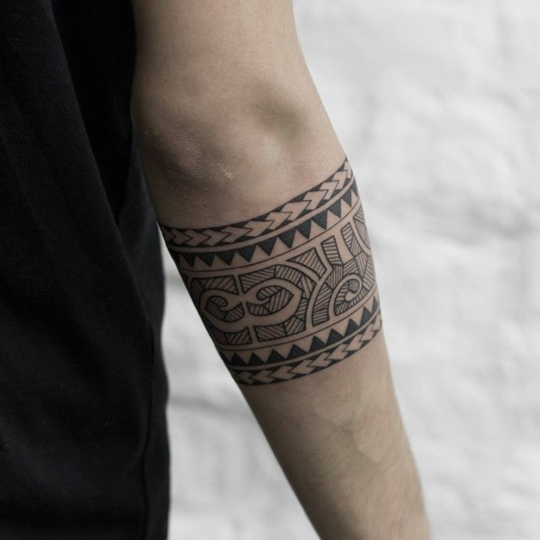 Tatouage homme maori bracelet