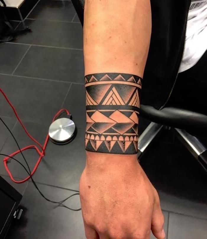 Tatouage poignet maorie